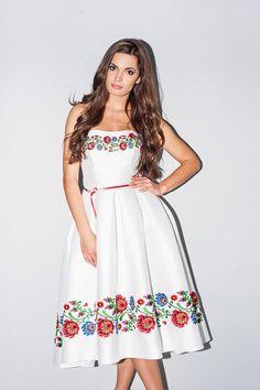 Krótka suknia ślubna z ludowym akcentem (renatapotrzeba.com)