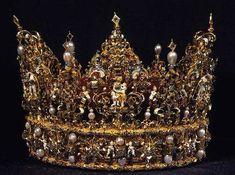 Coronas Reales de Dinamarca, actualmente se encuentran exhibidas en el Castillo de Rosemborg y solo dos de ellas (las dos mas nuevas) son utilizadas para adornar los catafalcos Reales cada vez que fallece un Monarca Danés… Estas joyas se utilizaron para ceremonias de Coronación, unción o Entronización hasta 1840 ya que con los cambios constitucionales de 1849 los Reyes de Dinamarca son proclamados por el Primer Ministro.   La mas antigua de las tres es la Corona de Cristian IV y fue hecha en…