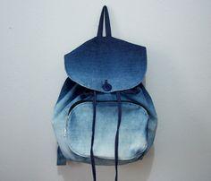 A Mochila Ombre é produzida com jeans e aplicado a técnica ombre que dá esse efeito de degradê na mochila.  O fechamento é com cordão e botão comum.  Não usamos botões magnéticos, pois eles não aguentam o peso da mochila. R$ 100,00