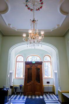 Näsilinna palace baroque style entrance hall. / Näsilinnan palatsin uusbarokkityylinen aula.  www.valaistusblogi.fi Alter, Vintage Decor, Finland, Baroque, Vintage Fashion, Lighting, Antiques, Blog, Furniture