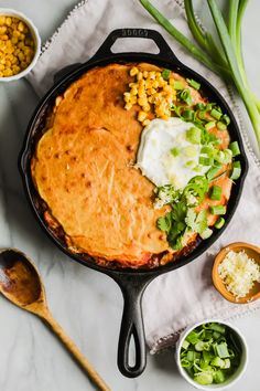 This Skillet Chili Cornbread Casserole combines the two best comfort foods: chili and cornbread! Delicious, cozy and hearty – this is a meal that everyone will love! Homemade Enchilada Sauce, Homemade Enchiladas, Homemade Chili, Spicy Roasted Cauliflower, Cheesy Cauliflower Soup, Chili Cornbread Casserole, Casserole Recipes, Healthy Comfort Food, Comfort Foods