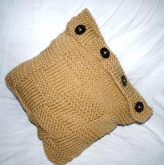Almofada de trico feita a mão com botões . Medida: 40 x 40  contato@tricoart.com.br