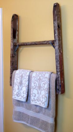 Old ladder ideas old ladder used as a towel holder home ideas (dyi) . Old Ladder Decor, Old Wood Ladder, Vintage Ladder, Rustic Ladder, Barn Wood, Country Crafts, Country Decor, Farmhouse Decor, Prim Decor