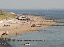 Kustlandschap. Toerisme en recreatie op het strand aan zee.