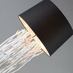 Lámpara de pie PHATOM blanca con pantalla negra- Diseño superior, lámpara de pie elegante con una base hecha de madera desgastada y pantalla en color negro.