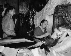 """William Holden, director Billy Wilder and Gloria Swanson on the set of """"Sunset Boulevard"""", 1950 Golden Age Of Hollywood, Old Hollywood, Hollywood Glamour, Sunset Boulevard, The Lost Weekend, Erich Von Stroheim, Best Screenplay, Billy Wilder, Actors"""