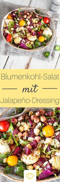Ich packe meine Salatschüssel und fülle sie mit: geröstetem Blumenkohl, rotem Quinoa, Rucola, Kichererbsen, Roter Bete und Kirschtomaten. Das Jalapeño-Dressing mit feinem Dijon-Senf und spritziger Limette hauchen dem bunten Salat den gewissen Pfiff und eine scharfe Note ein.