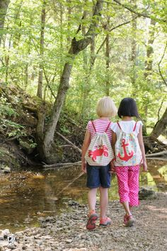 Learn how to make a cute kids drawstring backpack. It's the perfect size for summer adventures! Easy Sewing Patterns, Sewing Tutorials, Sewing Projects, Drawstring Backpack Tutorial, Backpack Pattern, Corset Pattern, Operation Christmas Child, Free Sewing, Sewing Kits