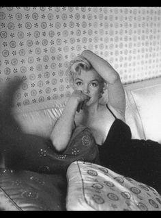Marilyn Monroe at home, Photo by Cecil Beaton. Marilyn Monroe Swimsuit, Marilyn Monroe Movies, Marilyn Monroe Fotos, Marylin Monroe, Stella Stevens, Harold Lloyd, Cecil Beaton, Norma Jeane, Sad Girl