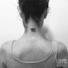 Tatouage L œil D Horus Sur La Nuque Pour Femme Tatouage Femme