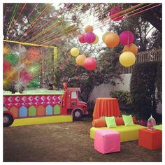 Nothing like a mehendi in ur backyard ! #threadwheels #truckbar #skyfullofcolours #pompoms #stringsofcolour #welovemehendis @ranipinklove