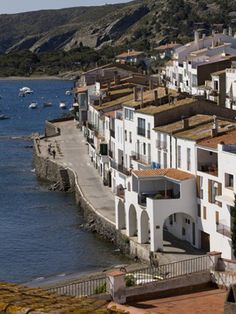 Cadaqués, a la vora del mar Barcelona, Travel Style, The Good Place, Vacations, Beautiful Places, To Go, Traveling, Mansions, Country