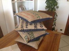 Coussin réalisé en toile de jute de sac de café vert recyclé  et en toile de jeans de belle qualité.  Dimension 40 x 40.  Décoration originale d'intérieur, de jardin, terrasse ou véranda.