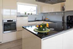 Helle Eckküche mit großer Arbeitsfläche Kitchen Island, Modern, Table, Furniture, Home Decor, Home, Open Plan Kitchen, New Kitchen, Little Kitchen