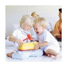 Descubra no post de hoje por que você NÃO deve ensinar seu filho a compartilhar! Sempre acreditamos que ensinar as crianças a dividir os brinquedos a qualquer custo é o melhor para criar pessoas gentis no futuro. Mas de acordo com a Dra. Laura Markham, este não é o caminho certo. Parece estranho? Corre para o blog para entender, leitura valiosa! www.justrealmoms.com.br