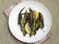 Pin for Later: Grilled Veggie Recipes Even Burger-Lovers Will Crave Grilled Fava Beans Seasoned with chile, lemon, and salt, these grilled fava beans are a delicious source of plant-powered protein. Vegetarian Side Dishes, Vegetable Side Dishes, Spring Grilling Recipes, Spring Recipes, Fava Beans, Summer Salads, Summer Dishes, Healthy Soup, Veggie Recipes