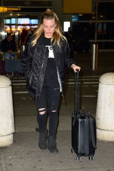 margot-robbie-wears-a-cry-baby-jacket-arrives-at-jfk-airport-in-new-york-1.jpg (1280×1920)