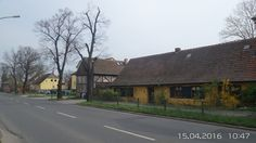 """Alter Kossätenhof aus dem 16. Jh. Da nach dem Dreißigjährigen Krieg viele Kossäten- und Bauernhöfe in Buchholz verwüstet oder verlassen waren, wurde im Ergebnis des Edikts von Potsdam 1685  eine """"Französische Kolonie"""" durch Ansiedlung von französischen Hugenotten gebildet.Ab etwa 1750 bürgerte sich die Bezeichnung Französisch Buchholz ein. Das Dorf wurde zu einem beliebten Ausflugsziel der Berliner."""
