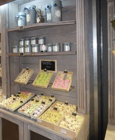 Agencement de magasin dans toute la France,agencement magasin,meuble de magasin,comptoir, caisse,rayonnage,mobilier de magasin, ilot de présentation, table drapier, présentoir, cave à vin, épicerie, fleuriste, etc...