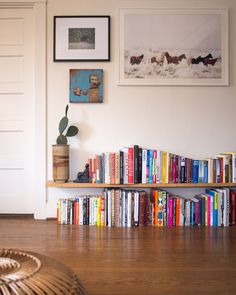 32 Popular Simple Bookshelf Ideas Best For Living Room Decor - The first thing you should do when you are on a tight budget and are looking for bookshelves is to hit garage sales, flea markets and thrift stores. Simple Bookshelf, Bookshelf Ideas, Living Room Decor, Bedroom Decor, Dining Room, Bookshelf Living Room, Bedroom Ideas, Floating Shelves Bedroom, Book Shelf Bedroom
