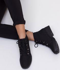 Bota feminina  Material:sintético  Com ilhóses  Marca: Bottero     COLEÇÃO INVERNO 2017     Veja outras opções de    botas femininas.        Sobre a marca Bottero     A Bottero é uma das maiores fabricantes de calçados femininos do país. Seu objetivo é oferecer sapatos femininos com design, conforto e qualidade dentro do mesmo produto. Aqui nas Lojas Renner você encontra diversos modelos de sapatos femininos da Bottero como sapatilhas, scarpins, botas, rasteiras e sandálias, tudo com forte…