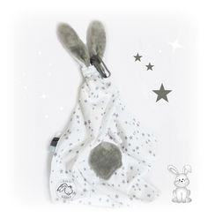Doudou Lange oreilles de lapin blanc motif étoiles, multi sensorielle ,avec attache sucette . Coton .Fait main : Jeux, peluches, doudous par kore-and-co