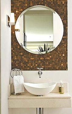 Ideias para toalheiro de pia e espelho para o banheiro. Pia de granito branco com friso