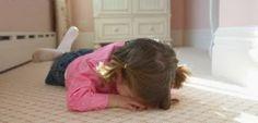 """Los 5 """"SI""""es y los 5 """"NO""""es para ayudar al niño a superar una rabieta Gritar a un niño que está experimentando una rabieta o intentar controlarlo a base de enfados es tan poco eficaz como enfadarse con un recién nacidoque se ha hecho pis encima. El niño que se enrabieta no lo hace por voluntad, sino precisamente por todo lo contrario; las estructuras cerebrales que p"""