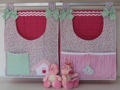 Duo de bolsões porta fraldas estruturado, excelente para acomodar até 32 fraldas cada um. Pode ser usado, também, para acomodar produtos de uso diário do bebê, permitindo que tudo esteja à mão no momento da troca de fraldas e higiene do bebê.  Modelo ideal para decorar quarto de menina em rosa, a...