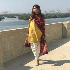 plain salwar and kameez with printed dupatta Pakistani Dress Design, Pakistani Outfits, Indian Outfits, Pakistani Suit With Pants, Pakistan Fashion, India Fashion, Women's Fashion, Kurta Designs, Indian Attire