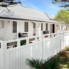 Stunning 49 Inspiring Home Fence Color Design Ideas To Try Asap. Exterior House Colors, Exterior Design, House Front, My House, White Beach Houses, Weatherboard House, Queenslander, Front Fence, White Cottage