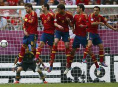 Ramos, Arbeloa, Alonso, Busquets & Xavi jump at a Pirlo (Italy) free kick.