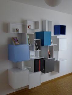 Étagère murale blanche avec des touches de bleu sur  différents formats