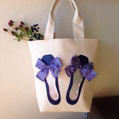 シンプルで使い易いトートに、バレエジューズをアップリケした気分のアガるバッグです。生成りのナチュラルで潔い帆布に、バレエシューズのマットなブルー、中敷のシルバ...|ハンドメイド、手作り、手仕事品の通販・販売・購入ならCreema。