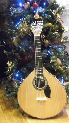 Boa tarde! Este Natal ofereça como presente uma guitarra portuguesa! Venha fazer a sua escolha ao Salão Musical de Lisboa, ou compre no nosso site www.salaomusical.com