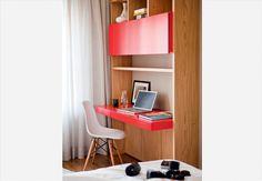 Feita sob medida pela Marcenaria Drumello, o canto do notebook tem bancada e porta basculante de laca vermelha e estrutura de lâmina de Feijó. Projeto do arquiteto Maurício Arruda