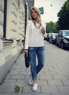 Jeans, white top, white blazer & converse. Perfection