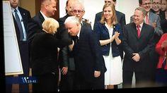 Kaczyński całuje faceta w rękę