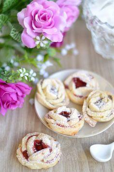 Le roselline di frolla sono dei biscottini molto friabili e gustosi farciti con confettura di frutta o Nutella, perfetti per accompa...