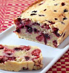 Cake aux fruits rouges et lait de coco - Recetas Sweet Recipes, Cake Recipes, Dessert Recipes, Breakfast Dessert, Breakfast Recipes, Cake Aux Fruits, Köstliche Desserts, Food Cakes, Savoury Cake