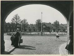Meeuwenhof (Duindorp) overzicht van het binnenplein; op de voorgrond een vrouw in dracht. 1962 Dienst voor de Stadsontwikkeling #ZuidHolland #Scheveningen