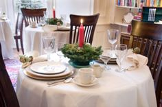 Begin your Christmas celebrations with a traditional Christmas Eve dinner menu and table decorations. Christmas Eve Dinner Menu, Traditional Christmas Eve Dinner, Christmas Party Table, Christmas Home, Christmas Holidays, Christmas Decorations, Table Decorations, Pink Christmas, Savannah Bed And Breakfast
