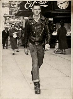 "The fad of the season, ""Here is a Foncie photo of the big Ron. Somebody's dad, the cool cat! This fella was not really threatening, and didn't have a bike – it was 'dress of the day'! Mode Rockabilly, Rockabilly Fashion, 1950s Fashion, Vintage Fashion, Mens Fashion, Greaser Fashion, Retro Vintage, Vintage Men, Vintage Biker"