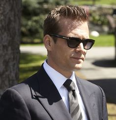 Trajes Harvey Specter, Suits Tv Series, Art Psychology, Gabriel Macht, Peaky Blinders, Cute Creatures, Hair And Beard Styles, Robert Downey Jr, Lawyer