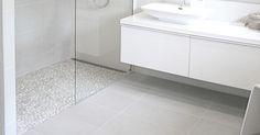 Christine Sveen: Bad til inspirasjon - Fint med dusjen ved siden av vasken Bathroom Toilets, Bathroom Renos, Laundry In Bathroom, Grey Bathrooms, Bathroom Layout, Beautiful Bathrooms, Bathroom Renovations, Bathroom Interior, Modern Bathroom