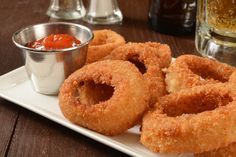 Ultimate Onion Rings - The batter on these onion rings is full of flavor and has a crispy texture Onion Ring Batter, Recipe For I Don't Know, Easy Cooking, Cooking Recipes, Onion Rings Recipe, Honey Cornbread, Tapas, Yummy Food, Baking