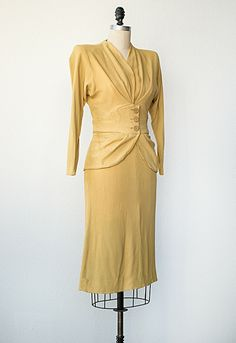 Looks like something Dutchess Kate would wear. 1940s Outfits, Retro Outfits, Vintage Outfits, Fashion Moda, 1940s Fashion, Vintage Fashion, Fashion Trends, Elsa Schiaparelli, Mellow Yellow