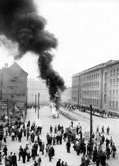 am 17.Juni 1953 brannten auch auf dem Alexanderplatz Limousinen von SED-Funktionaeren.