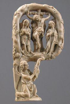 Crozier Head, ca. 1350 French Ivory/ Crozier Head, ca. 1350 Francés Marfil; En general 5 13/16 x 3 1/8 x 1 1/2 pulg. (14,8 x 8 x 3,8 cm) Regalo de J. Pierpont Morgan, 1917 (17.190.164) Ver el registro. Este báculo, un personal enganchado llevado por los abades y obispos como un símbolo de su oficio pastoral, está tallado para asemejarse a una rama en ciernes curvado sobre sí mismo por dos ángeles para formar el gancho o por las malas. La rama que vive hace referencia explícita a la cruz en…