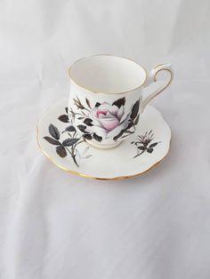 Vintage// royal albert queen' s messenger// bone China england// vintage thee kopje// vintage kop en schotel// vintage thee kopje Royal Albert, Bone China, Tea Cups, Tableware, Etsy, Vintage, Dinnerware, Dishes, Teacup